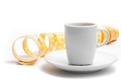 Taza de café con cinta métrica Imágenes de archivo libres de regalías