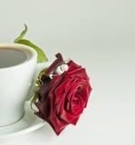 Taza de café con color de rosa y el anillo Imagenes de archivo