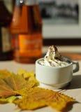 Taza de café con crema Imágenes de archivo libres de regalías