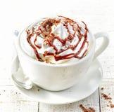 Taza de café con crema azotada fotos de archivo