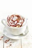 Taza de café con crema azotada foto de archivo libre de regalías