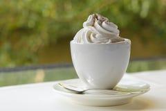 Taza de café con crema del azote Imagen de archivo libre de regalías