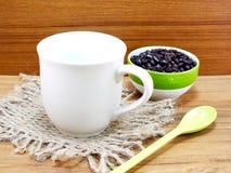 Taza de café con de café todavía de los granos vida Imagen de archivo libre de regalías