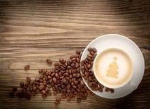 Taza de café con el árbol de navidad del dibujo en la tabla de madera Foto de archivo libre de regalías