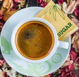 Taza de café con el azúcar imágenes de archivo libres de regalías
