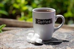 Taza de café con el azúcar de cubo fotografía de archivo libre de regalías