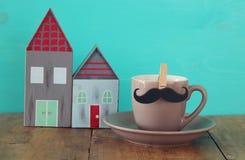 Taza de café con el bigote Father& x27; concepto del día de s foto de archivo