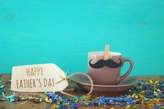 Taza de café con el bigote Father& x27; concepto del día de s Imagenes de archivo