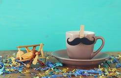 Taza de café con el bigote Father& x27; concepto del día de s Fotos de archivo
