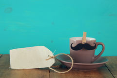 Taza de café con el bigote Father& x27; concepto del día de s Imagen de archivo