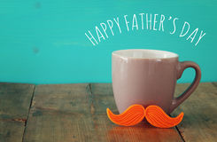 Taza de café con el bigote rojo Father& x27; concepto del día de s fotos de archivo libres de regalías