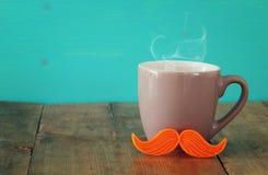 Taza de café con el bigote rojo Father& x27; concepto del día de s Fotografía de archivo