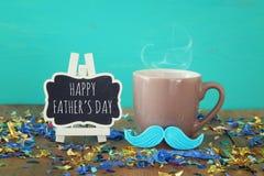 Taza de café con el bigote rojo Father& x27; concepto del día de s Fotos de archivo