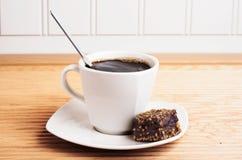 Taza de café con el brownie - opinión del paisaje Imagenes de archivo