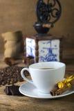 Taza de café con el chocolate foto de archivo libre de regalías