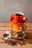 Taza de café con el chocolate en la tabla de madera oscura Fotografía de archivo