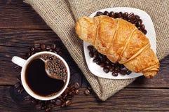 Taza de café con el cruasán Foto de archivo libre de regalías