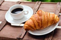 Taza de café con el cruasán Fotografía de archivo libre de regalías