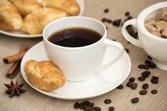 Taza de café con el cruasán para el desayuno Imagenes de archivo