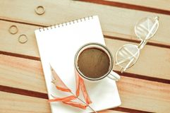 Taza de café con el cuaderno en fondo de madera fotos de archivo libres de regalías