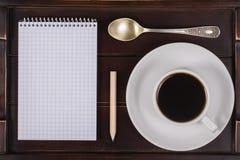 Taza de café con el cuaderno en una bandeja Concepto de la forma de vida Ciérrese para arriba, visión superior Fotografía de archivo libre de regalías