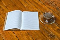 Taza de café con el espacio en blanco del libro Imagen de archivo libre de regalías