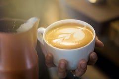Taza de café con el foco selectivo del arte hermoso del Latte Imágenes de archivo libres de regalías