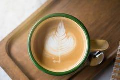 Taza de café con el foco selectivo del arte hermoso del Latte Imagen de archivo libre de regalías