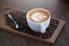 Taza de café con el foco selectivo del arte hermoso del Latte Fotografía de archivo libre de regalías