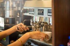 Taza de café con el foco selectivo del arte hermoso del Latte Imagen de archivo