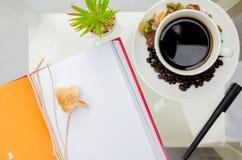 Taza de café con el grano de café fotografía de archivo