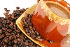 Taza de café con el grano de café fotos de archivo