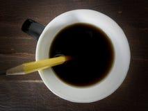 Taza de café con el lápiz Foto de archivo libre de regalías