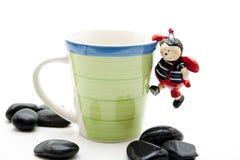 Taza de café con el ladybug Imagenes de archivo