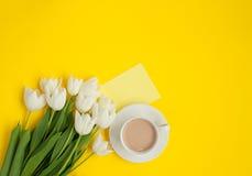 Taza de café con el manojo y la nota pegajosa Imagen de archivo