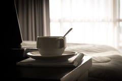 Taza de café con el ordenador portátil y el cuaderno Fotos de archivo libres de regalías