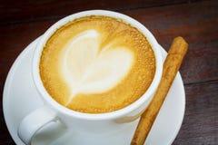 Taza de café con el palillo de canela Fotografía de archivo
