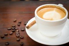 Taza de café con el palillo de canela Fotos de archivo libres de regalías