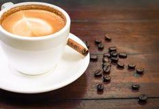 Taza de café con el palillo de canela Fotografía de archivo libre de regalías