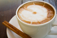 Taza de café con el palillo de canela, Foto de archivo