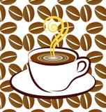 Taza de café con el palillo de canela en la tabla de madera Fotos de archivo