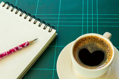 Taza de café con el papel y el lápiz Fotografía de archivo