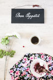 Taza de café con el postre y el libro en la tabla Imagenes de archivo