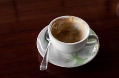 Taza de café con el pote caliente del té en de madera Foto de archivo libre de regalías