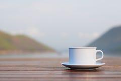 Taza de café con el río y la montaña Fotografía de archivo libre de regalías