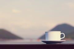 Taza de café con el río y la montaña Imágenes de archivo libres de regalías