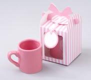Taza de café con el rectángulo de regalo Fotos de archivo libres de regalías