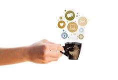 Taza de café con el social e iconos de los medios en burbujas coloridas Foto de archivo