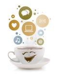 Taza de café con el social e iconos de los medios en burbujas coloridas Fotos de archivo libres de regalías