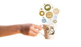 Taza de café con el social e iconos de los medios en burbujas coloridas Fotografía de archivo libre de regalías
